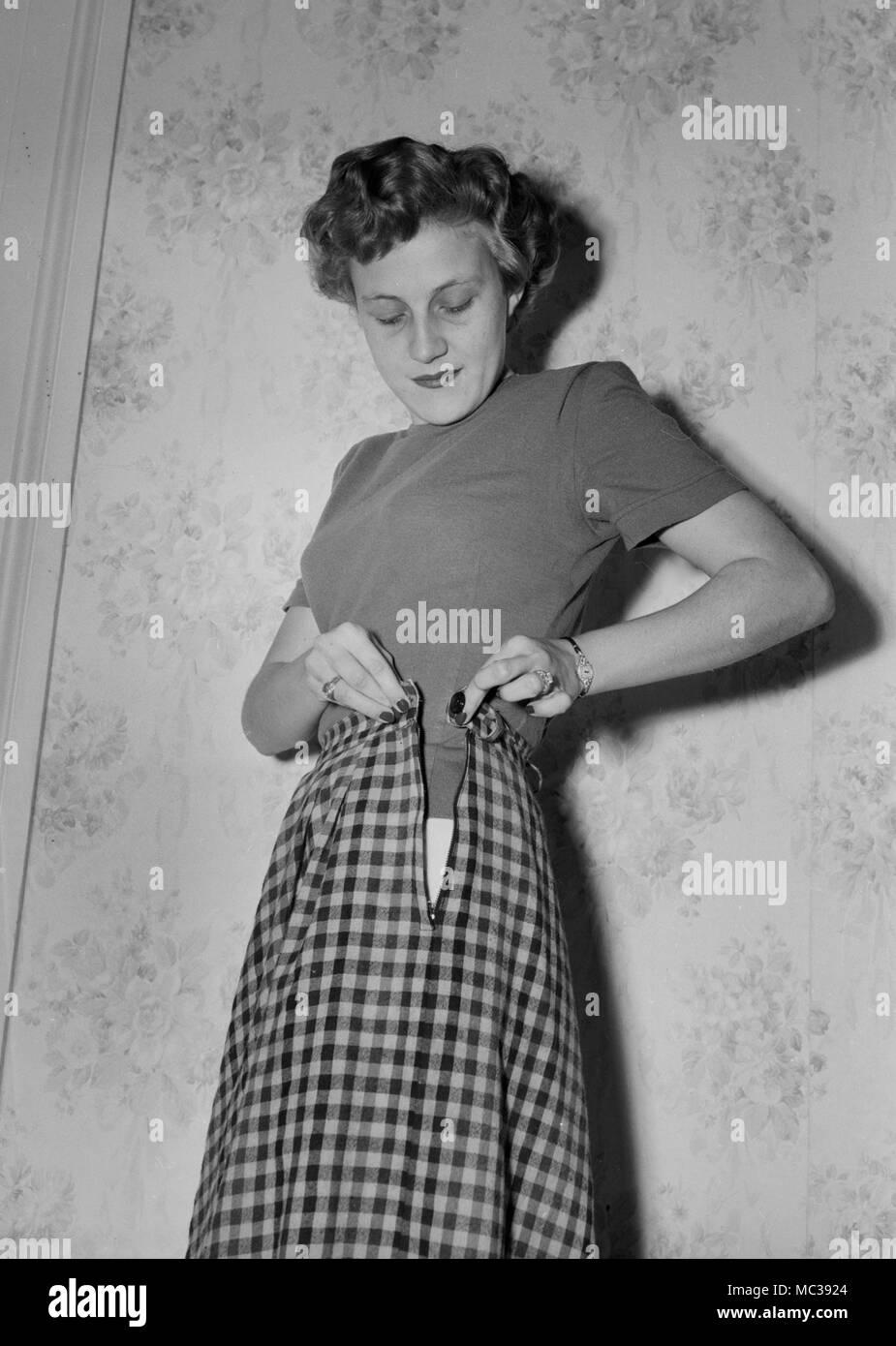c0ff38abb8d05 Une femme ses boutons jupe, ca. 1958 Banque D Images, Photo Stock ...