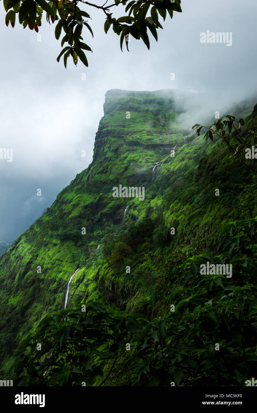 Le point de vue de la fort Raigad dans paysage de mousson de vistas western ghats autour de Pune, Maharashtra, Inde Banque D'Images