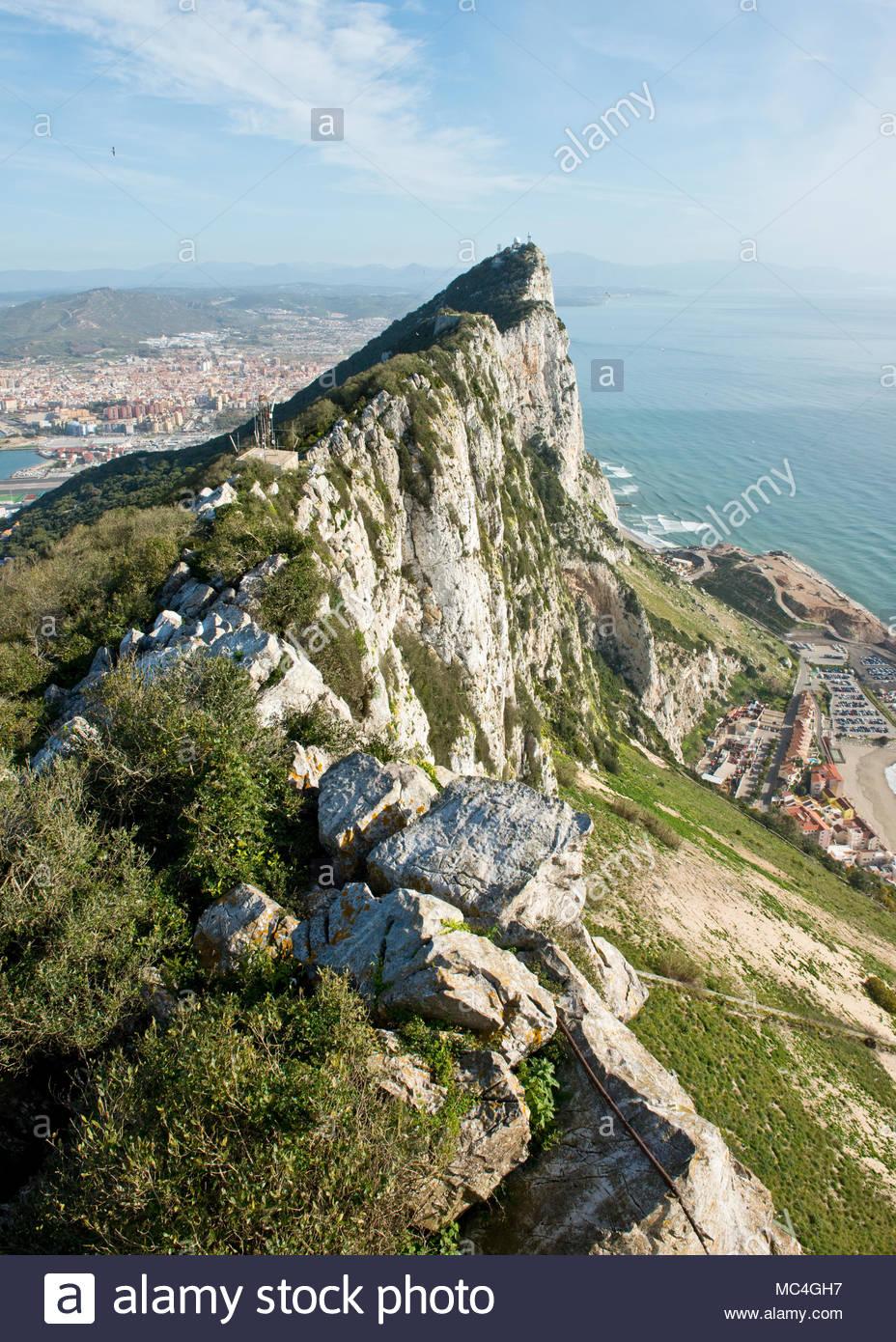 Vue vers le nord jusqu'au sommet du rocher de Gibraltar. Gibraltar, Royaume-Uni Photo Stock