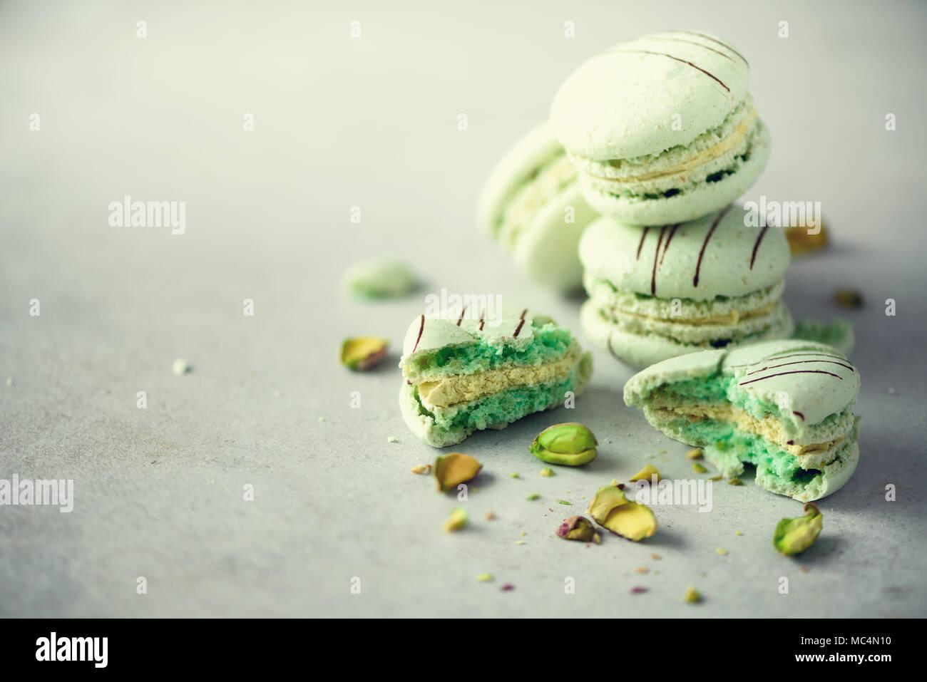 Menthe verte macarons français avec les pistaches. Couleurs pastel, ses macarons copie espace. Fêtes et célébrations concept. Sweet cadeau pour femme, jeune fille Photo Stock