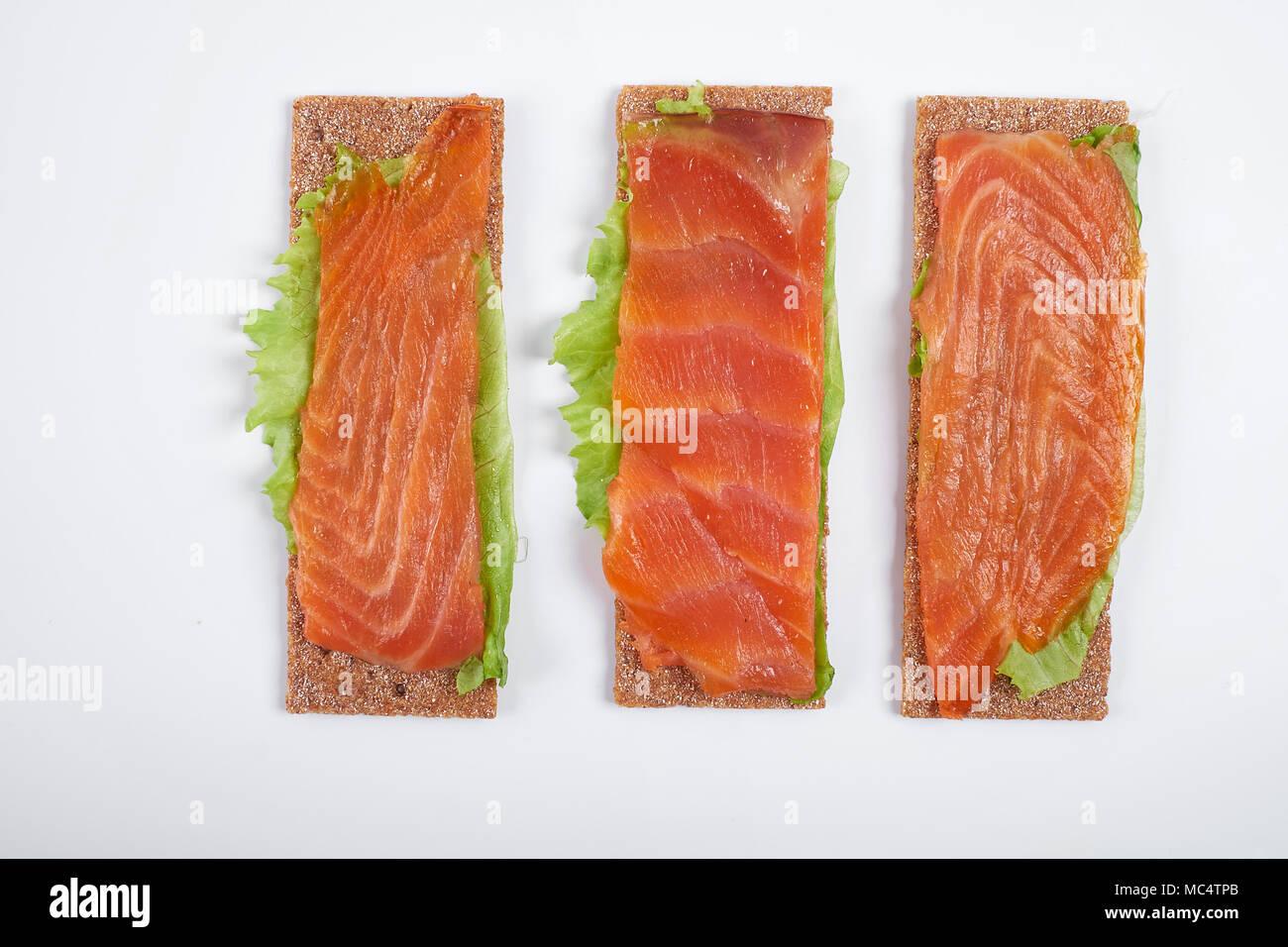 Faible apport calorique sandwich ouvert avec le poisson rouge. Isolé sur fond blanc. Photo Stock