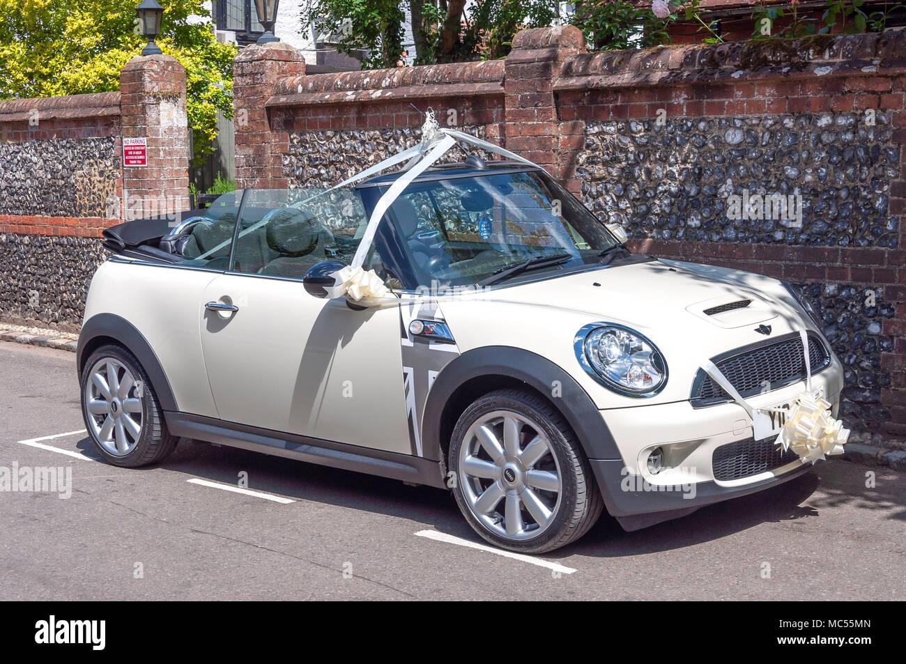 Une Mini Cooper S Cabriolet décoré comme une voiture de mariage, High Street, Hurley, Berkshire, Angleterre, Royaume-Uni Photo Stock