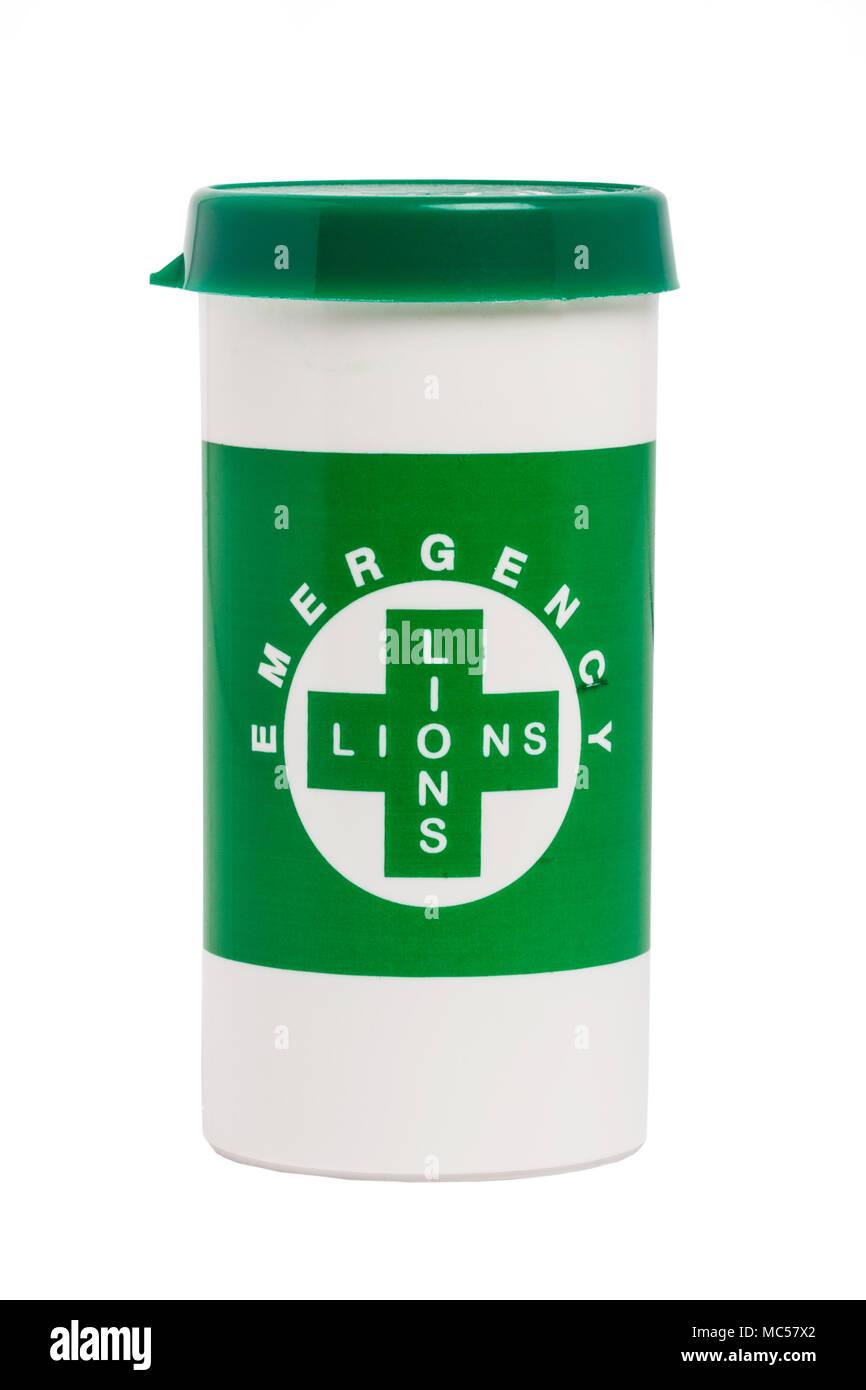 Les Lions d'urgence un message dans une bouteille à remous contenant des informations vitales d'un patient y compris des médicaments & ilnesses etc. sur un fond blanc Photo Stock