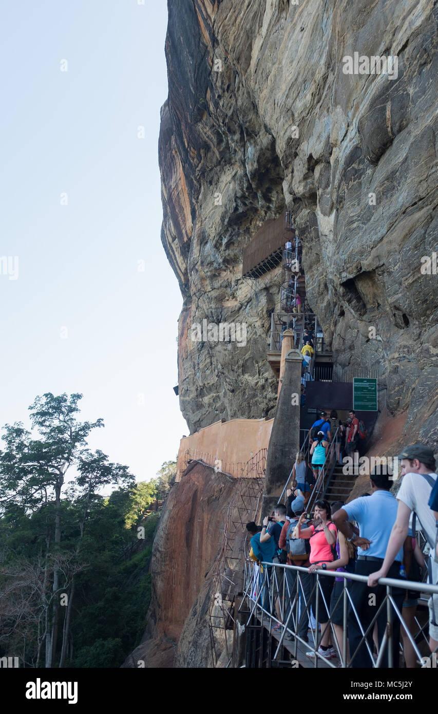 Les touristes dans les escaliers de la forteresse du Rocher de Sigiriya, la Province du Centre, au Sri Lanka, en Asie. Photo Stock