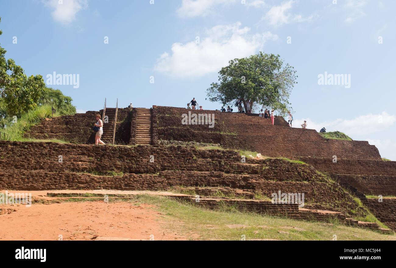 Les touristes à la forteresse du Rocher de Sigiriya, la Province du Centre, au Sri Lanka, en Asie. Photo Stock