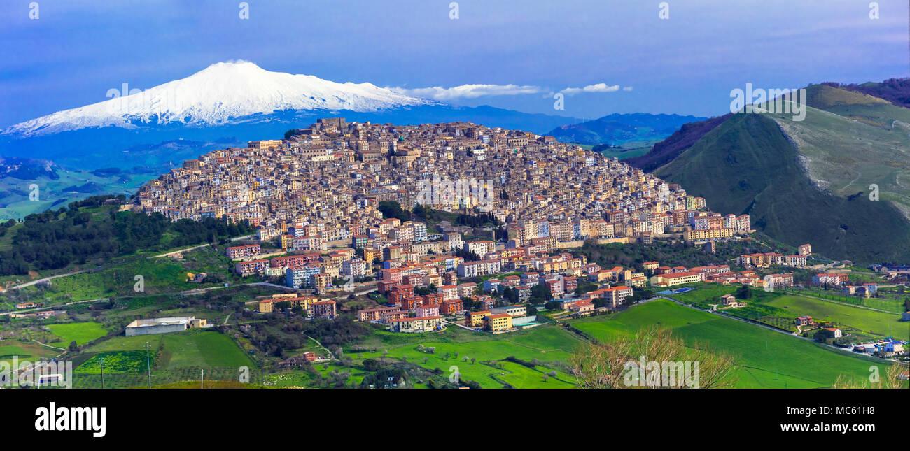 Gangi impressionnant,village avec vue volcan Etna,Sicile,Italie. Photo Stock
