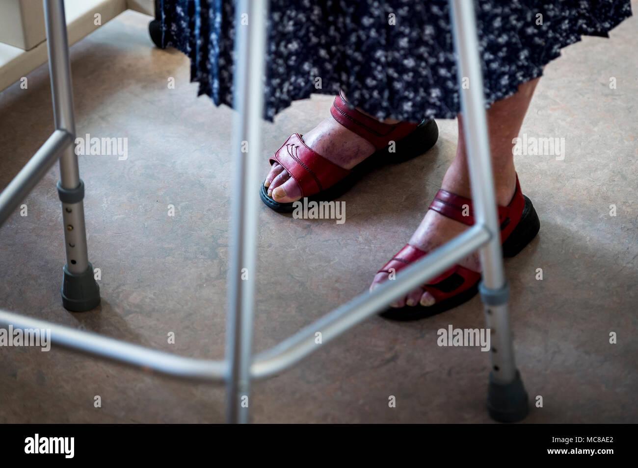 Dame âgée à l'aide d'un déambulateur pour faciliter sa mobilité. Photo Stock
