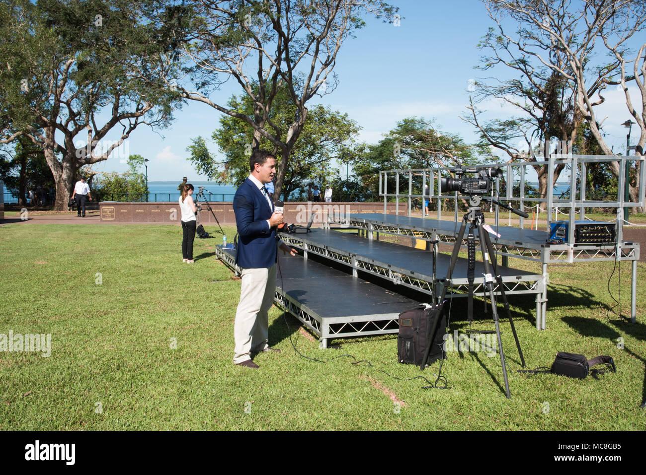 Australia-April,Darwin NT,10,2018: News reporter dans l'enregistrement de profil en videocamera au Parc du Bicentenaire de Darwin, Australie Photo Stock