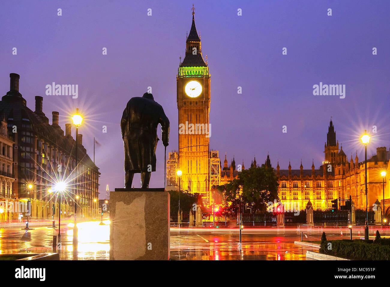 La tour de Big Ben à rainy night, London, Royaume-Uni. Photo Stock