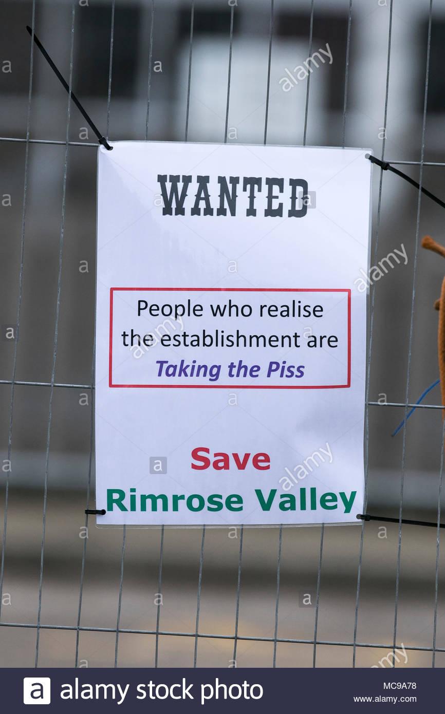 Enregistrer le Primrose valley; affiches de campagne pour arrêter la construction d'une Angleterre routes à deux voies à travers country park estate à Liverpool Merseyside, Royaume-Uni Photo Stock
