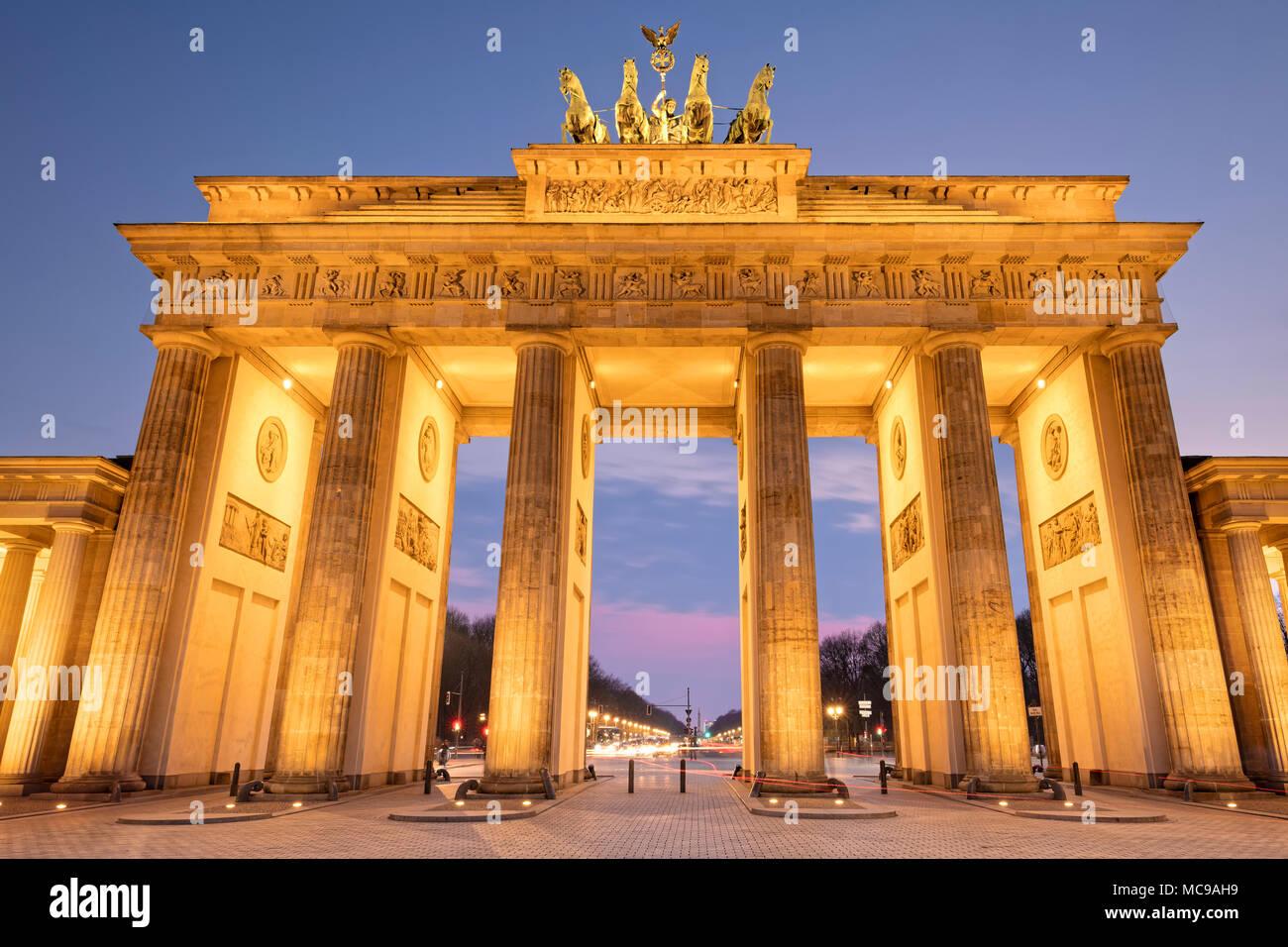 La porte de Brandebourg est un 18ème siècle classé monument historique de style néoclassique situé à l'ouest de Pariser Platz dans la partie ouest de Berlin. Banque D'Images