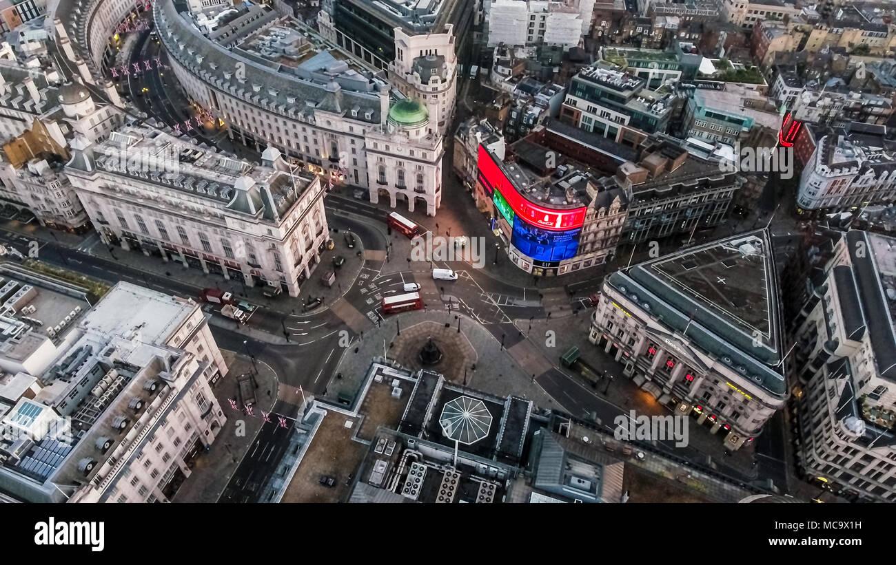 L'iconique Square Londres Piccadilly Circus Vue aérienne célèbre Carrefour Piccadilly Lights feat. Les rues de Londres en Angleterre Royaume-Uni UK Photo Stock
