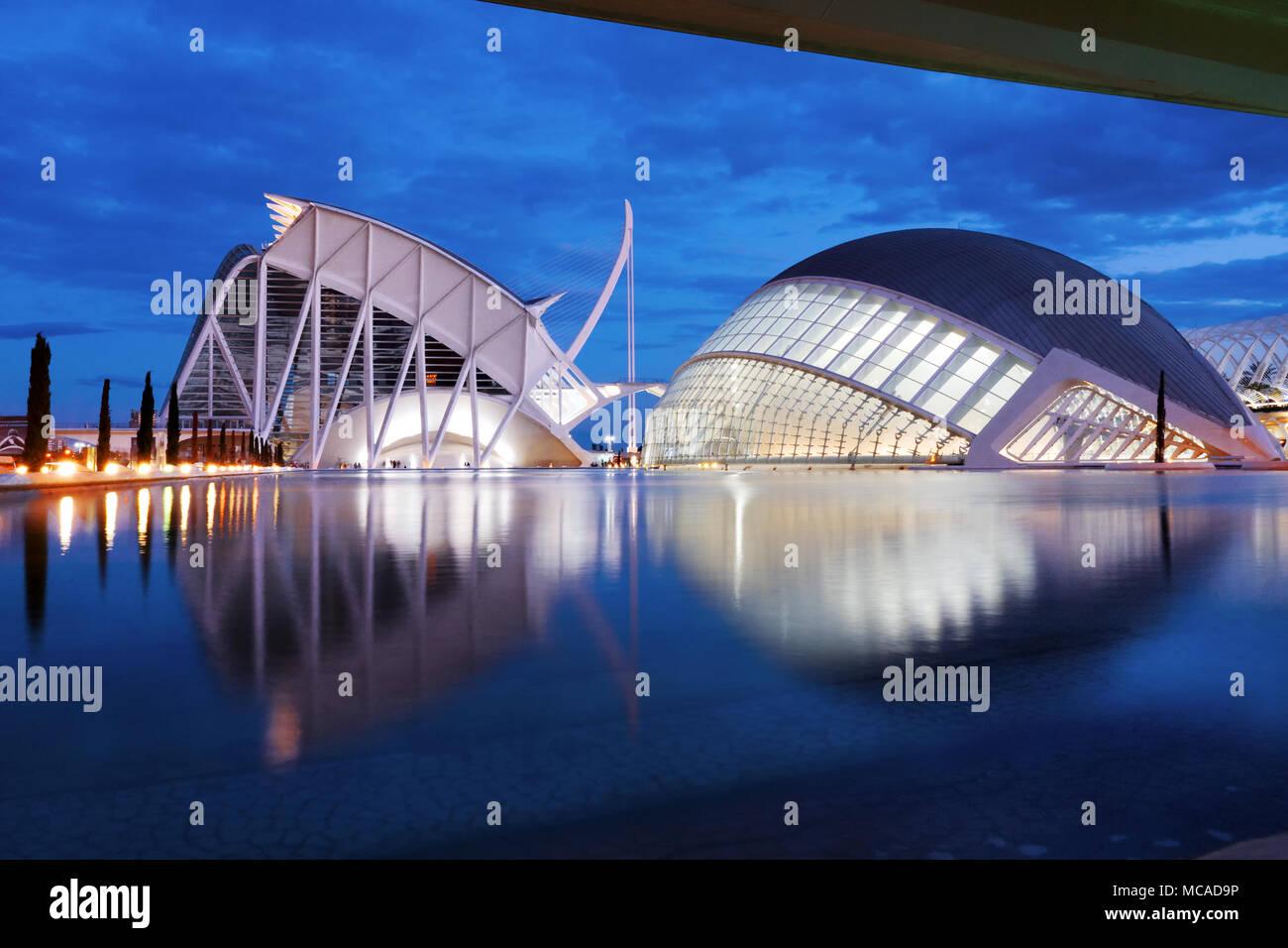 Cité des Arts et des Sciences de l'hemisferic futuristic architecture moderne building at night, Valencia, Espagne, Europe Banque D'Images