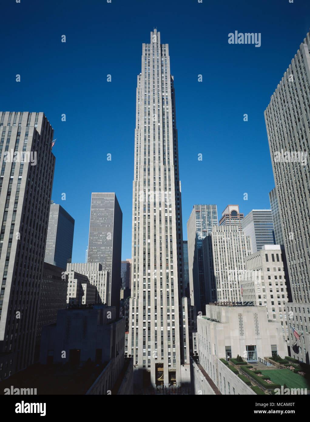 Le Centre Rockefeller a été nommé d'après John D. Rockefeller, Jr., qui loue l'espace de l'université de Columbia en 1928 et développé depuis 1930. Un syndicat Rockefeller initialement prévu de construire une maison d'opéra pour le Metropolitan Opera sur le site, mais les plans modifiés après le krach de 1929 et la région métropolitaine est continuelle des retards d'attendre un bail plus favorable, provoquant le Rockefeller pour aller de l'avant sans eux. Seul le financier, sur un bail de 27 ans (avec possibilité de trois renouvellements de 21 ans pour un total de 87 ans) pour le site de la Columbia; négocier une ligne de cred Photo Stock