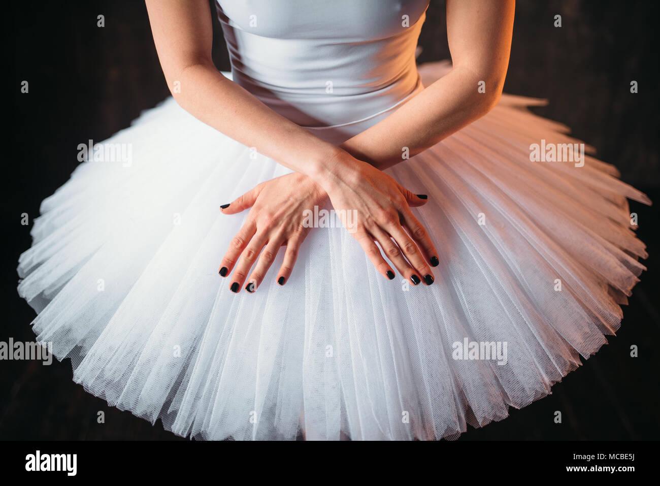Danseuse de ballet classique en costume et les mains croisées Photo Stock