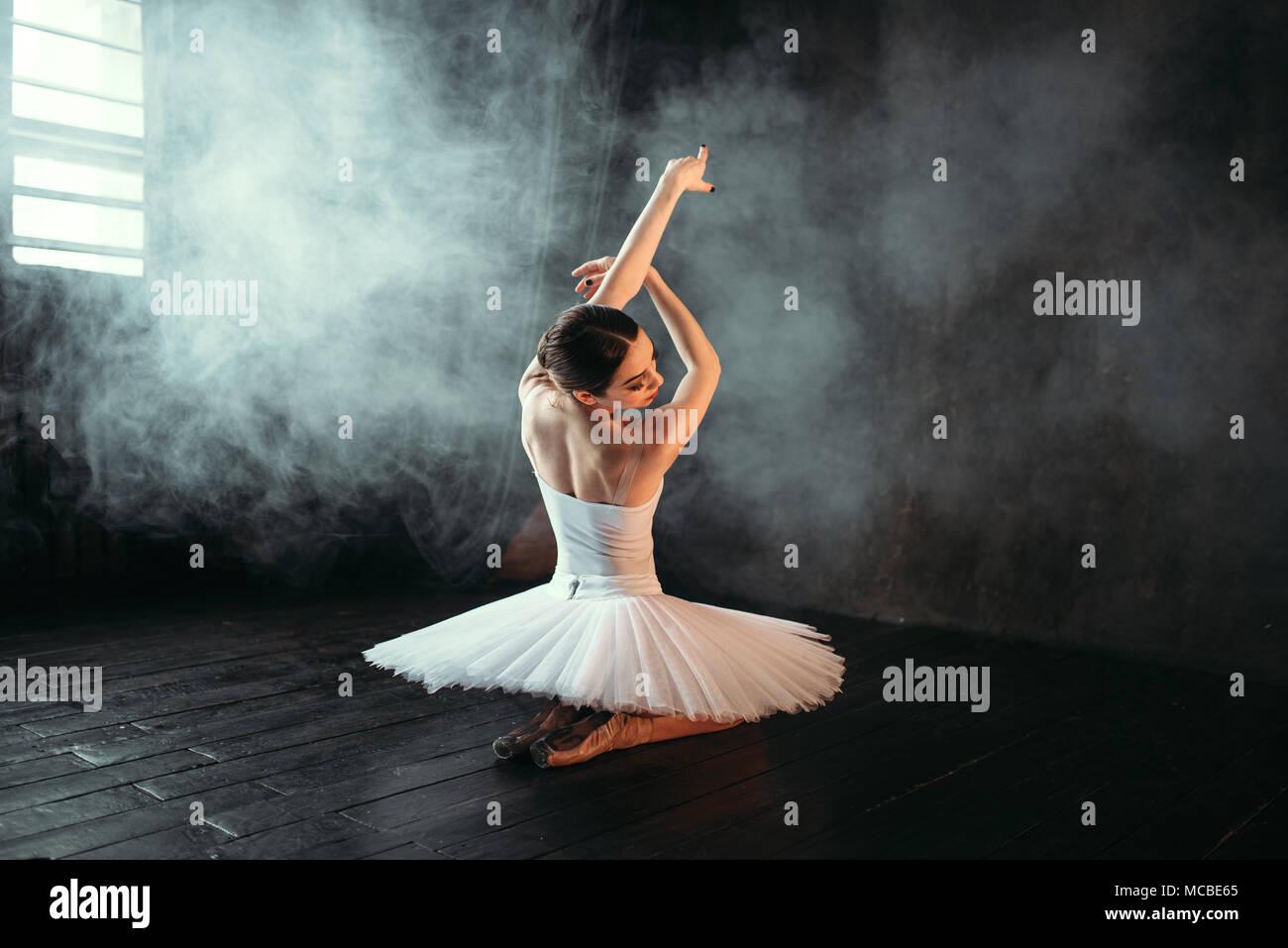 Femme artiste de ballet classique sitting on floor Photo Stock
