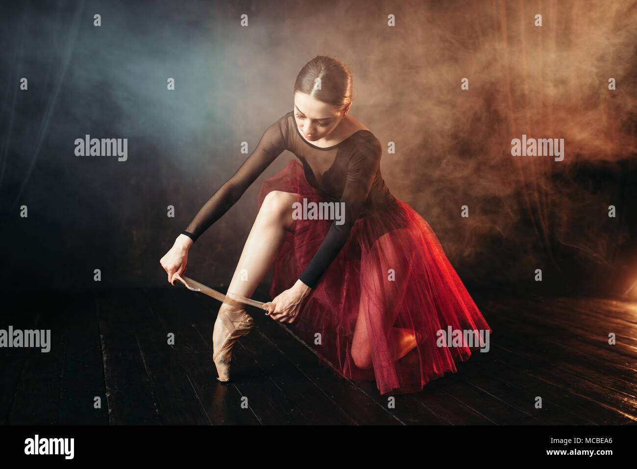 Ballet danseuse attachant les pointes Photo Stock
