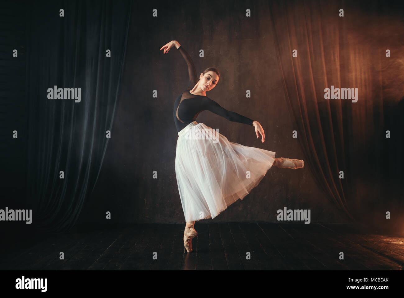 Danseuse de ballet classique en mouvement sur la scène Photo Stock