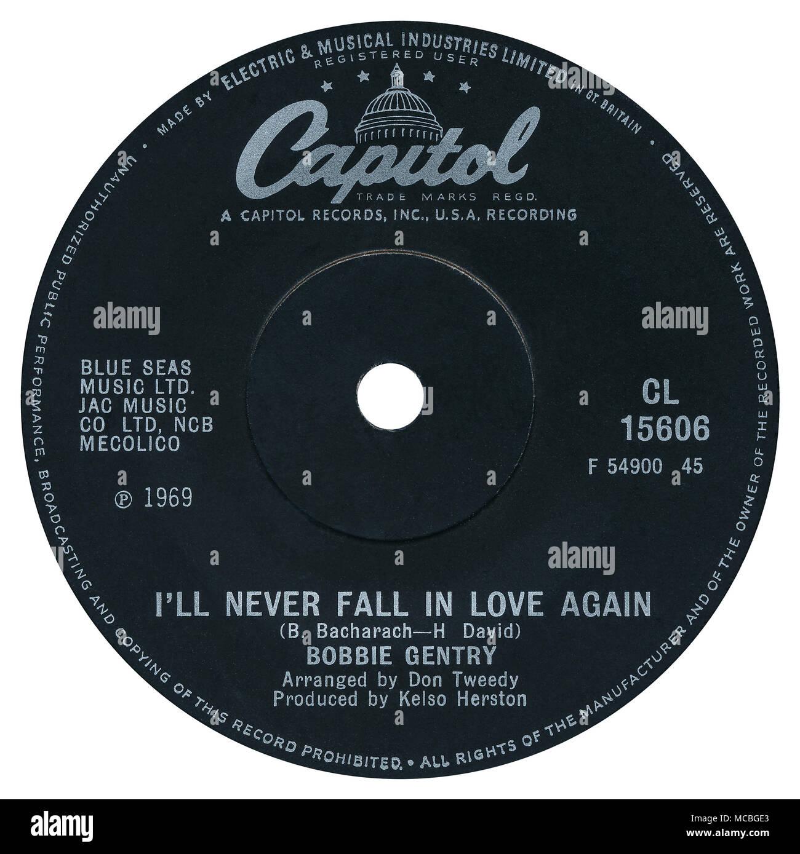 45 TR/MIN 7' UK record label de je ne pourrai jamais tomber à nouveau amoureux par Bobbie Gentry sur le label Capitol à partir de 1969. Écrit par Burt Bacharach et Hal David, organisé par Don Tweedy et produit par Kelso Herston. Photo Stock