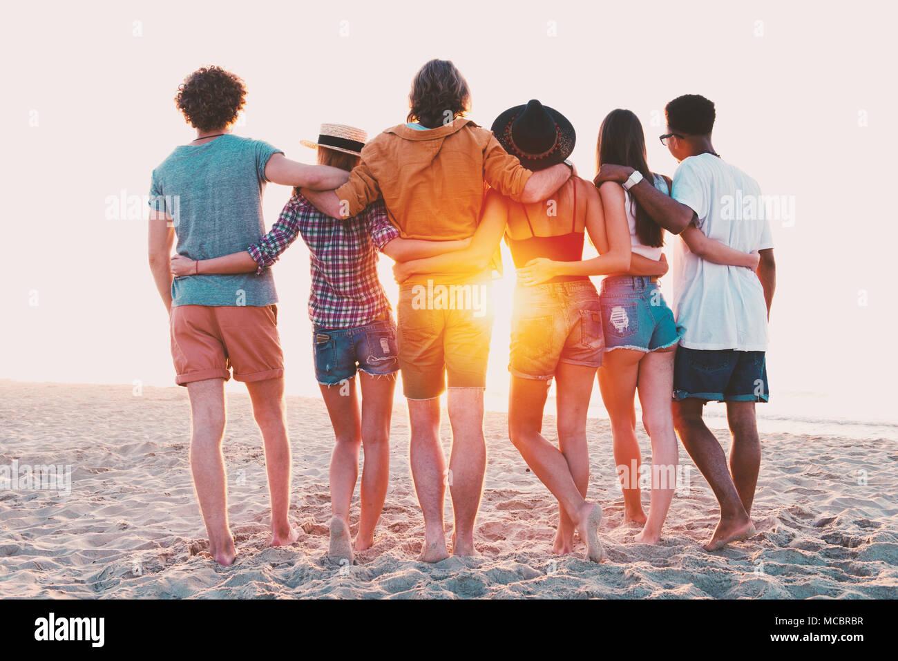 Groupe d'amis heureux de s'amuser à Ocean Beach Photo Stock