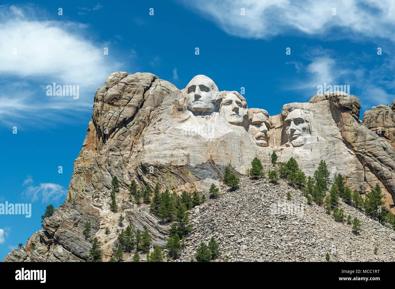 Grand angle de visualisation complète de Mount Rushmore national monument avec la forêt environnante et la nature près de Rapid City dans le Dakota du Sud, USA. Photo Stock