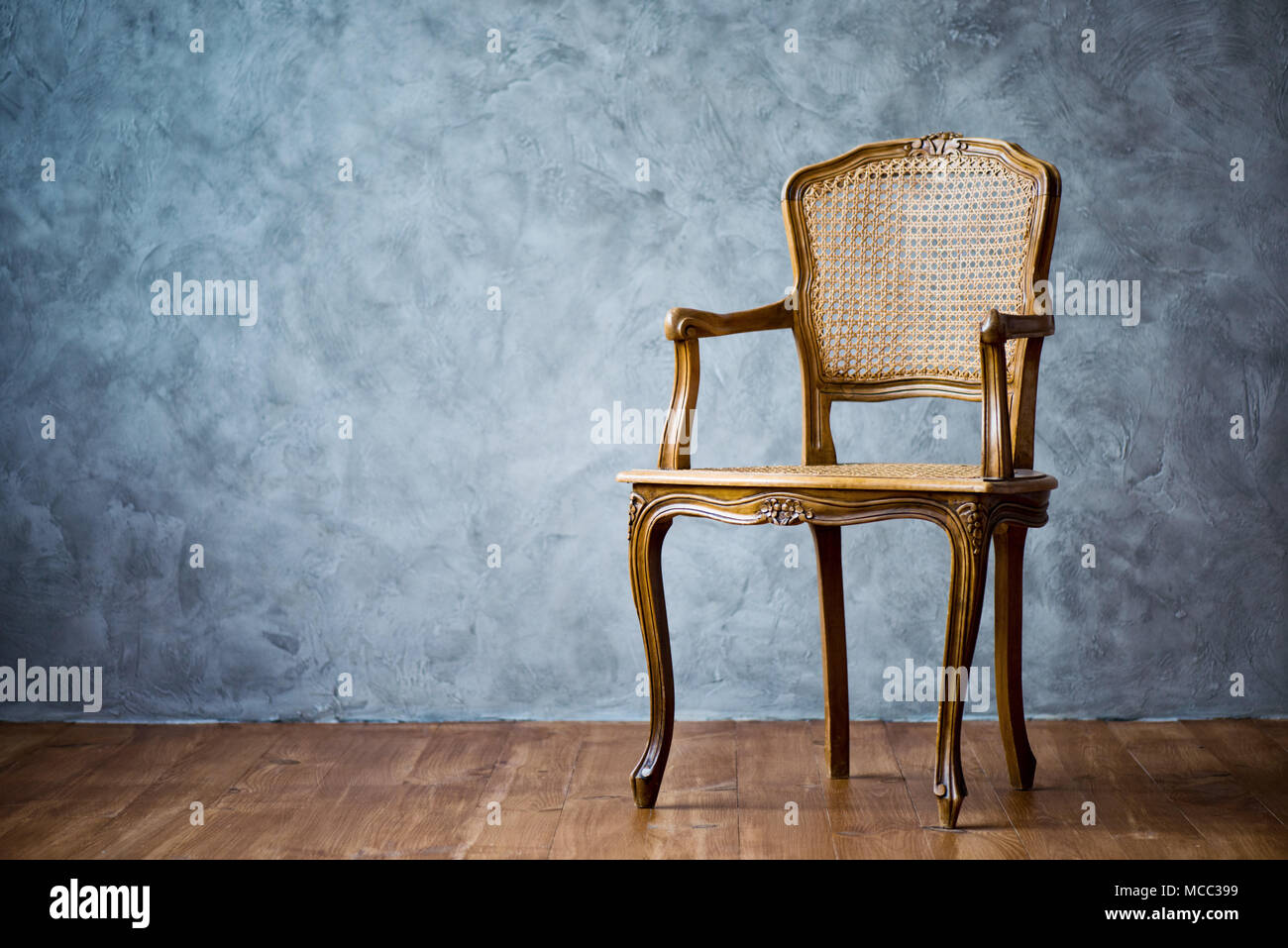 Vieille chaise sur un fond de mur gris Banque D\'Images, Photo Stock ...