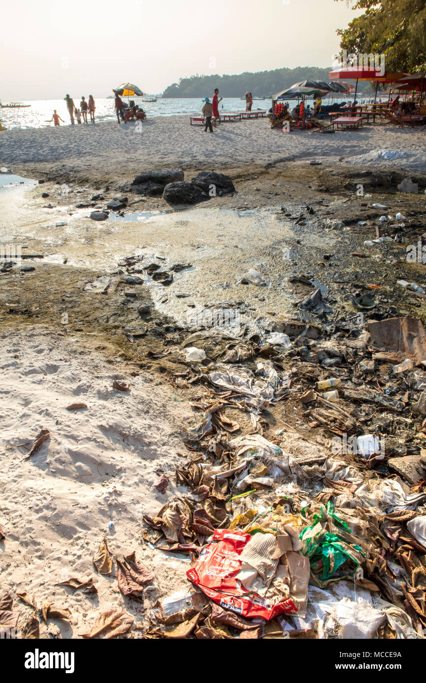 La pollution en plastique sur une plage touristique à Sihanoukville, Cambodge Photo Stock