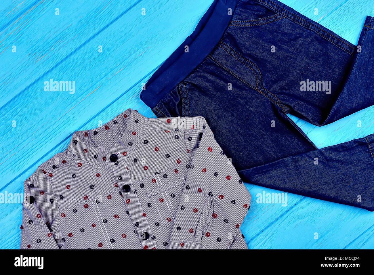 ac496fb17eae6 Bébé garçon vêtements-jeans moderne. En pointillé gris shirt et pantalon en  jean pour petit garçon. Nouvelle collection de vêtements modernes pour ...
