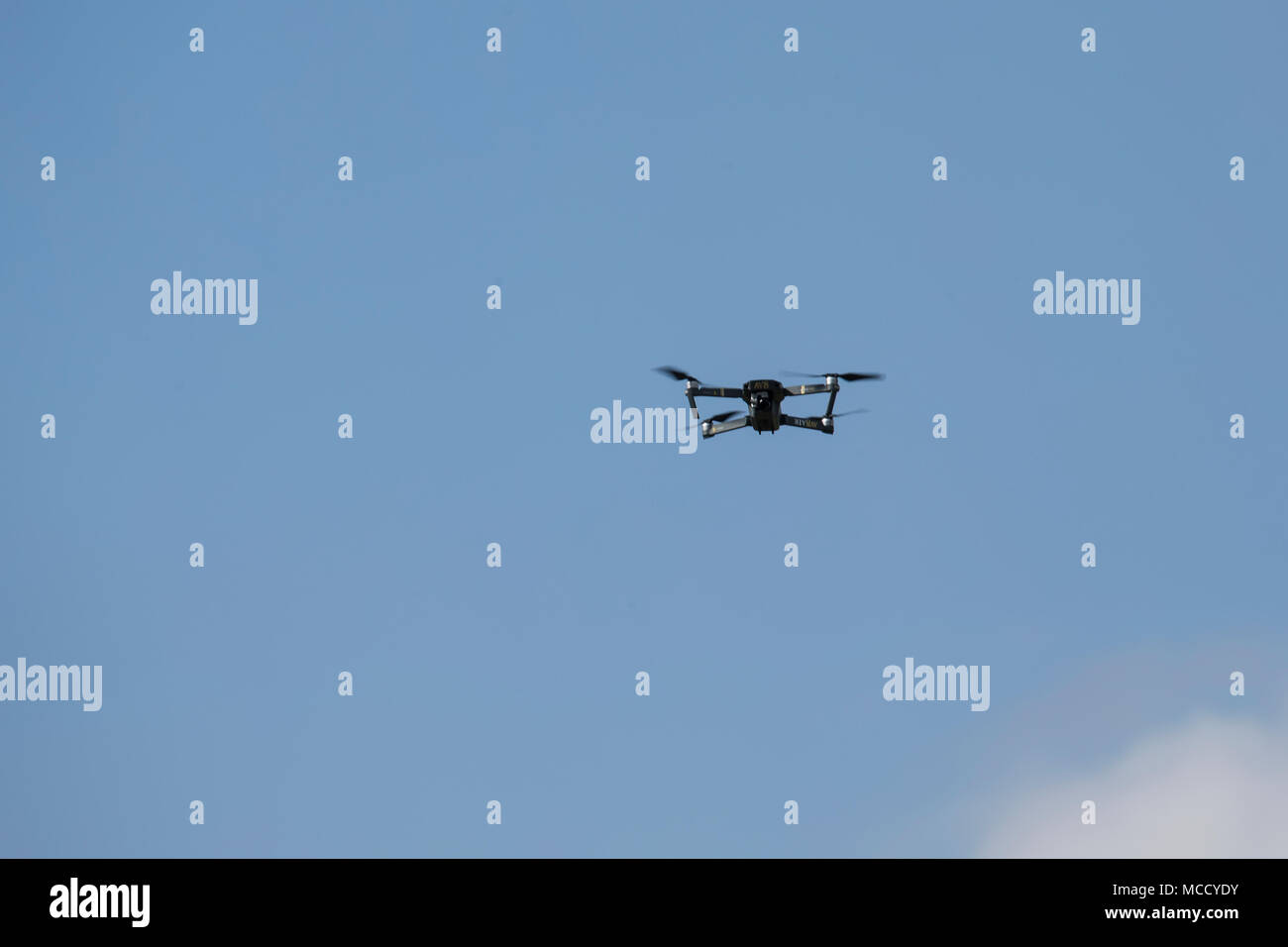 Niveau de l'oeil photo de drone avec caméra dans un ciel bleu Banque D'Images