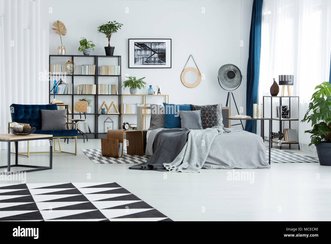 Tapis noir et blanc dans une chambre spacieuse avec un fauteuil d ...