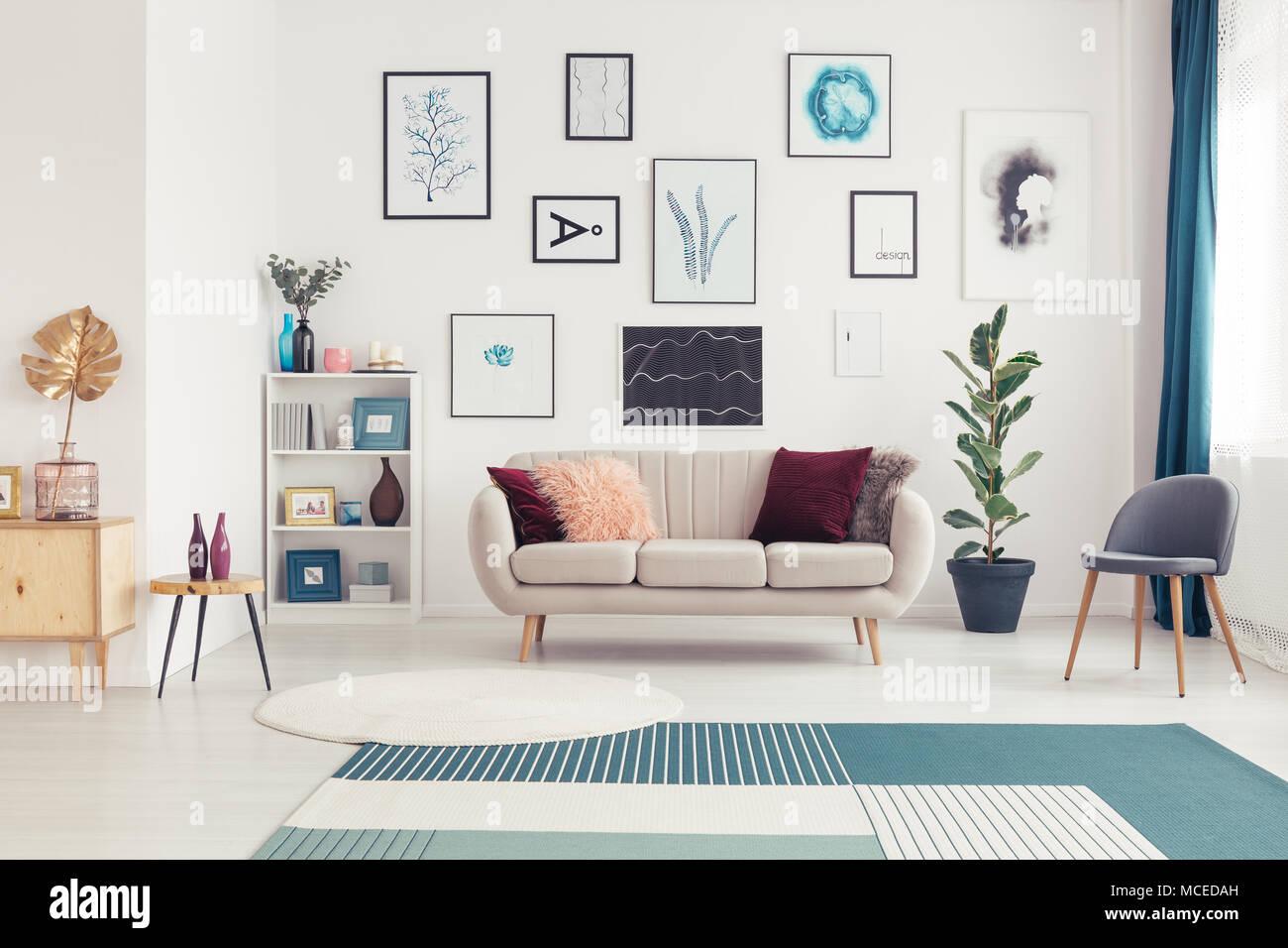 Posters In Interieur : Galerie de posters dans grand salon intérieur avec canapé à côté