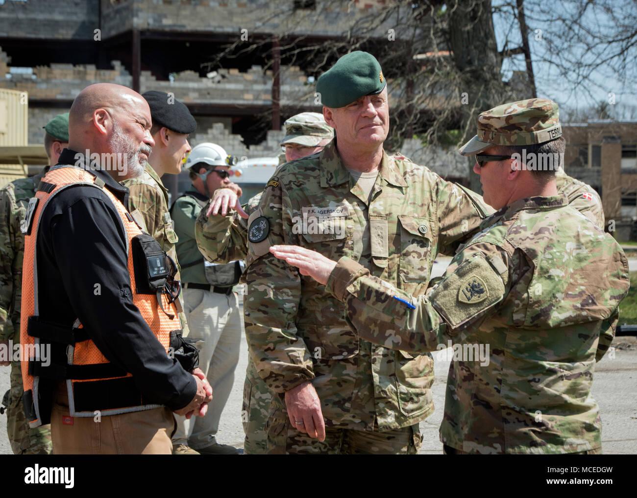 Le colonel de l'armée américaine Jeffrey Terrill, chef d'état-major interarmées pour la Michigan Army National Guard, donne un exposé de la réponse dynamique de formation à l'exercice 18 Le colonel danois Fleming Agerskov Muscatatuck au centre de formation en milieu urbain, de l'Indiana, le 13 avril 2018. Au nord de l'armée tient un exercice de réponse dynamique chaque année dans le cadre de sa mission de former les militaires du pays une capacité d'intervention CBRN. Tout au long du mois d'avril, environ 5 000 militaires permettra de former dans l'aviation, de médecine, d'ingénierie, de logistique et d'autres tâches de sauvetage au cours de l'exercice simulant une catastrophe pour l'environnement exigeant. (U.S. Nationale de l'Armée de Gua Photo Stock