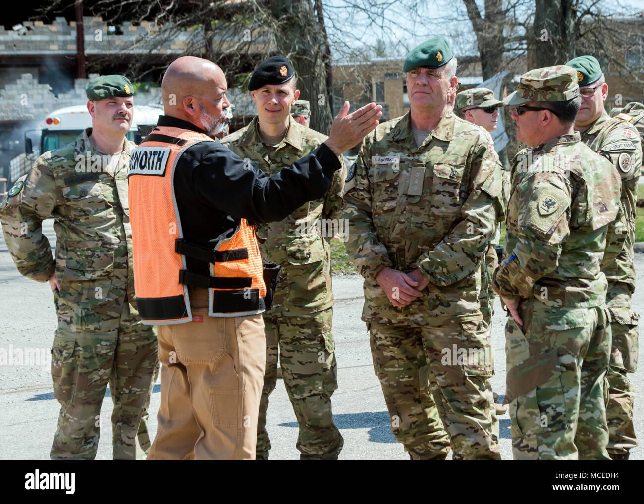 Ted Lopez, un chef d'équipe du nord de l'armée américaine, le colonel de l'armée américaine mémoires Jeffrey Terrill, chef d'état-major interarmées pour la Michigan Army National Guard, et le colonel danois Fleming Agerskov de la formation en recherche et sauvetage de site à Muscatatuck Urban Training Center, Indiana, le 13 avril 2018 au cours de la réponse dynamique 18 exercice d'entraînement. Au nord de l'armée tient un exercice de réponse dynamique chaque année dans le cadre de sa mission de former les militaires du pays une capacité d'intervention CBRN. Tout au long du mois d'avril, environ 5 000 militaires permettra de former dans l'aviation, de médecine, d'ingénierie, de logistique et d'autres tâches de sauvetage au cours de l'exerci Photo Stock