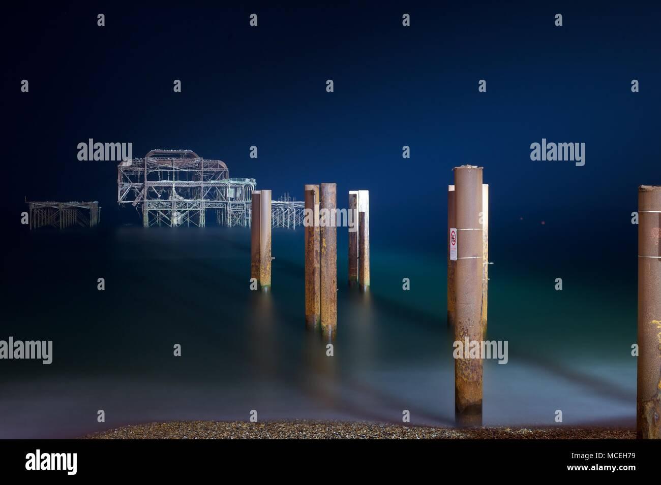 Le front de mer de Brighton West Pier avec ruines Photo Stock