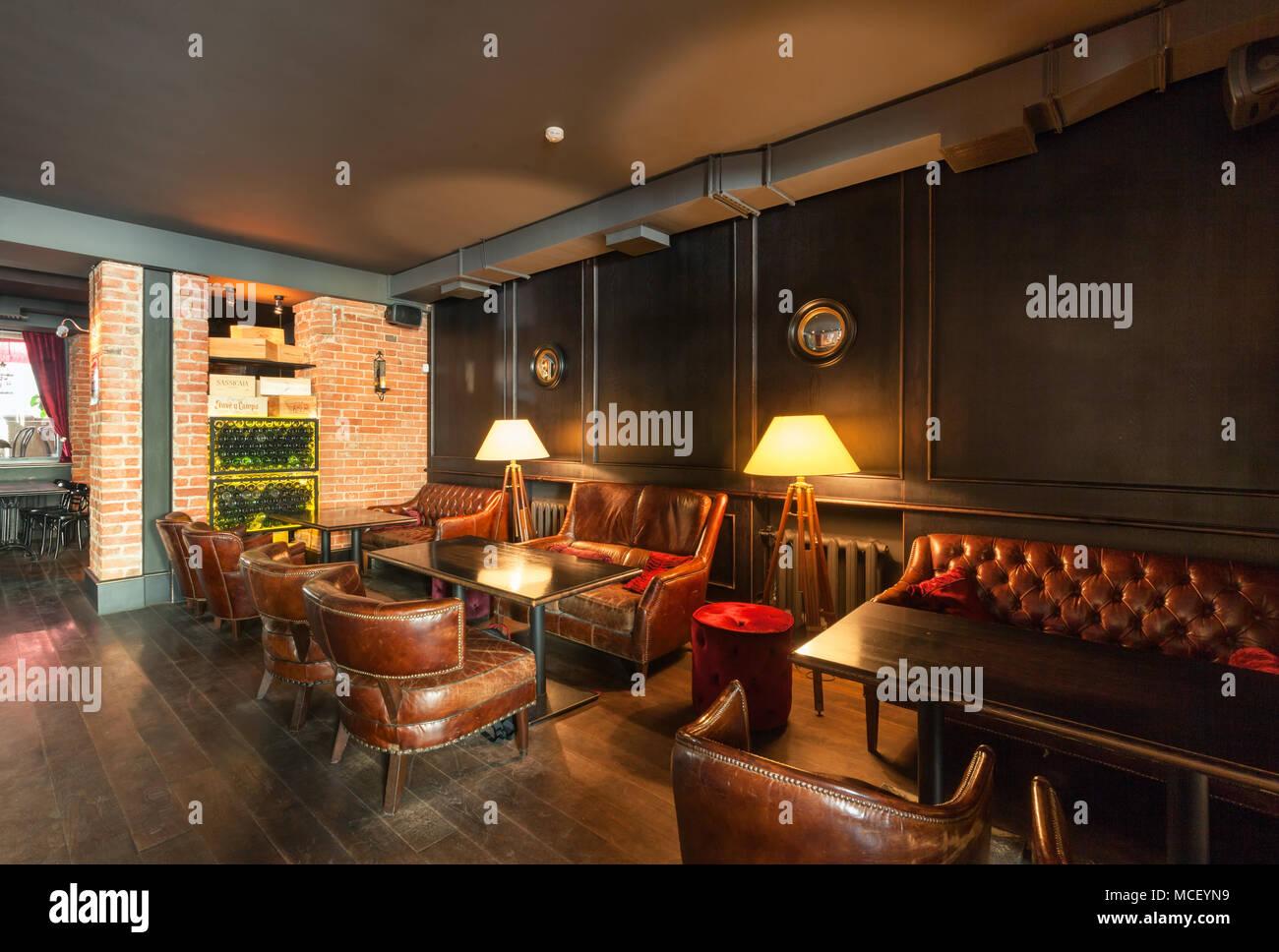 Interieur D Un Bar moscou - aoÛt 2014 : l'intérieur du bar à vin 'gavroch