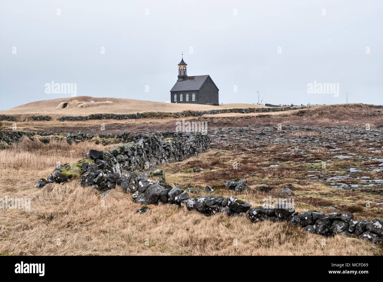 Sur la péninsule de Reykjanes, l'Islande. Hvalsnes church, (Hvalsneskirkja), Sandgerði, construite en 1887 de pierre de basalte noir Photo Stock