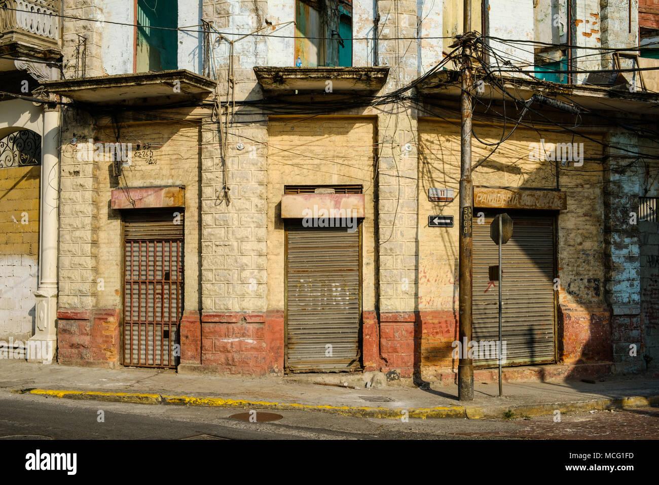 boutique vintage, des volets fermés, shop extérieur en vieille ville