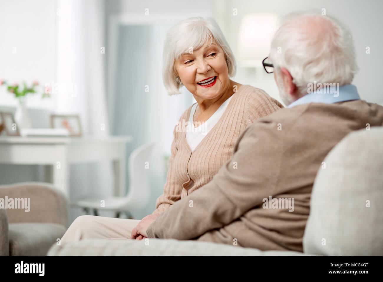 Cheerful âgés de femme parlant à son mari Photo Stock