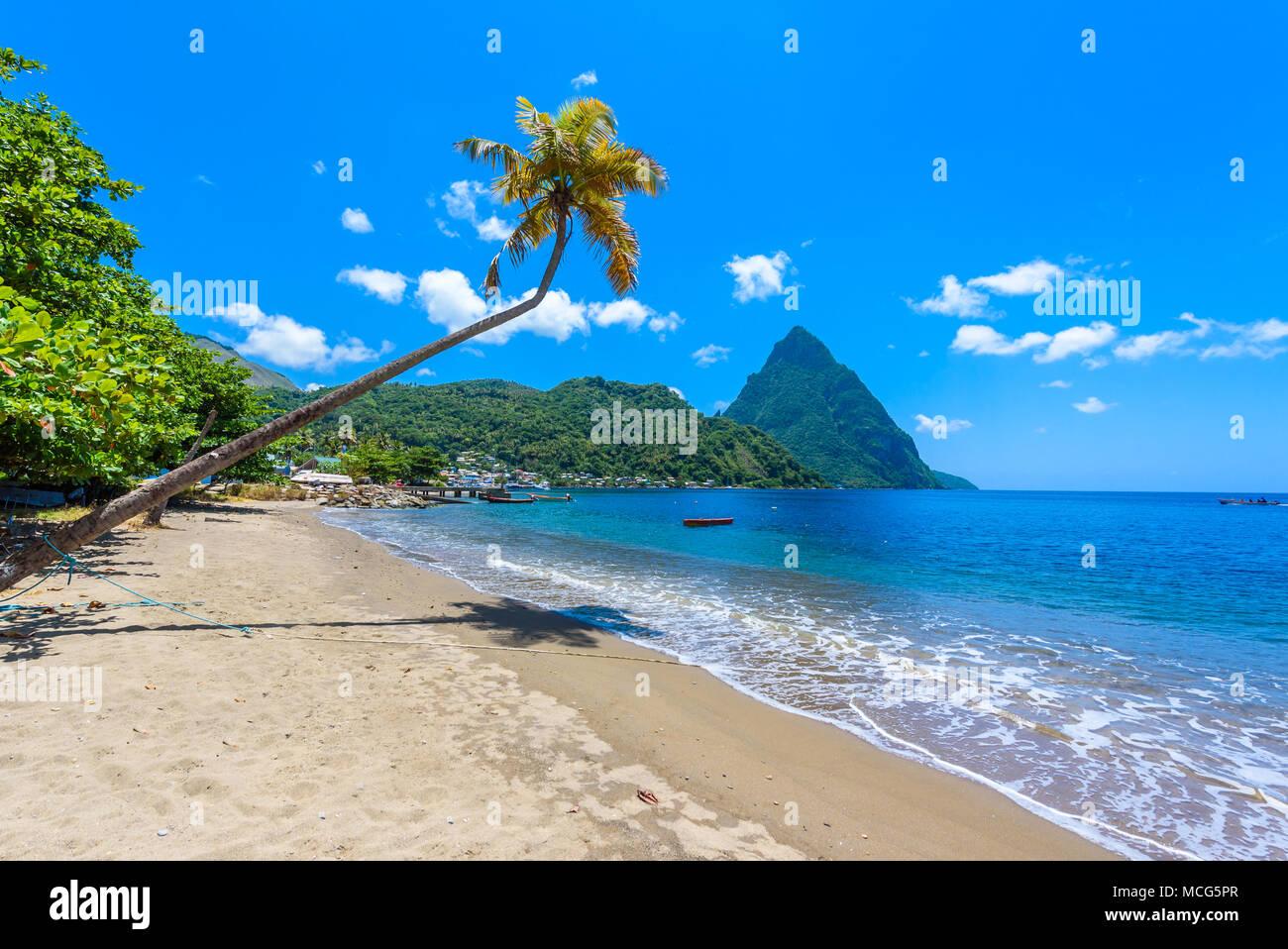 Paradise beach à Soufriere Bay avec vue sur le piton à petite ville de Soufrière, Sainte-Lucie île tropicale des Caraïbes. Banque D'Images