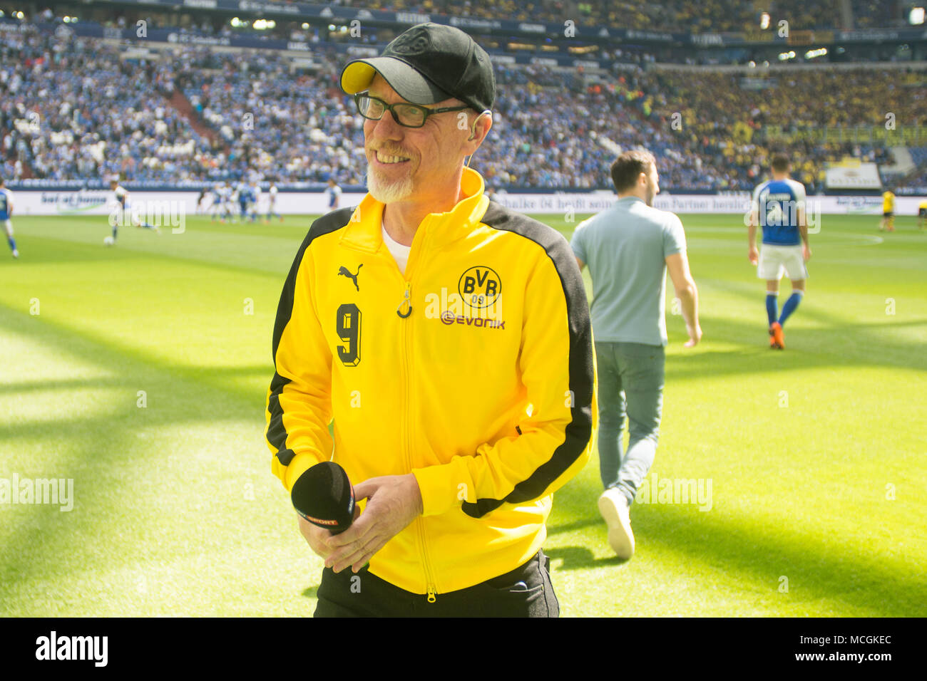 Gelsenkirchen, Allemagne. Apr 15, 2018. Peter STOEGER (droit, Stoger, coach n') et Domenico TEDESCO (entraîneur, GE) se dispersent, la moitié de la figure, la moitié de la figure, football 1ère Bundesliga, 30e journée, le FC Schalke 04 (GE) - Borussia Dortmund (NE), le 15.04.2017 à Gelsenkirchen, Allemagne. Utilisation dans le monde entier | Credit: dpa/Alamy Live News Banque D'Images