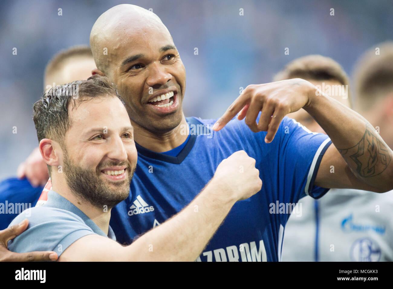 Gelsenkirchen, Allemagne. Apr 15, 2018. Domenico TEDESCO (gauche, coach, GE) et NALDO (GE) montrer les uns les autres, en pointant, jubilation, ils applaudissent, ils applaudissent, joie, Cheers, célébrer, jubilation finale, football 1ère Bundesliga, 30e journée, le FC Schalke 04 (GE) - Borussia Dortmund (NE) 2: 0, le 15.04.2017 à Gelsenkirchen, Allemagne. Utilisation dans le monde entier | Credit: dpa/Alamy Live News Banque D'Images