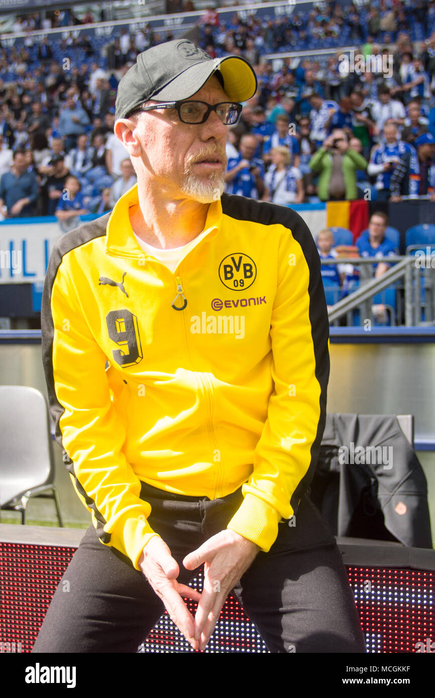 Gelsenkirchen, Allemagne. Apr 15, 2018. Peter STOEGER (Stoger, coach n') attend une entrevue de TV avant le match, la moitié de la figure, la moitié de la figure, format vertical, 1er Football Bundesliga, 30e journée, le FC Schalke 04 (GE) - Borussia Dortmund (NE) 2: 0, am 15.04.2017 à Gelsenkirchen, Allemagne. Utilisation dans le monde entier | Credit: dpa/Alamy Live News Banque D'Images