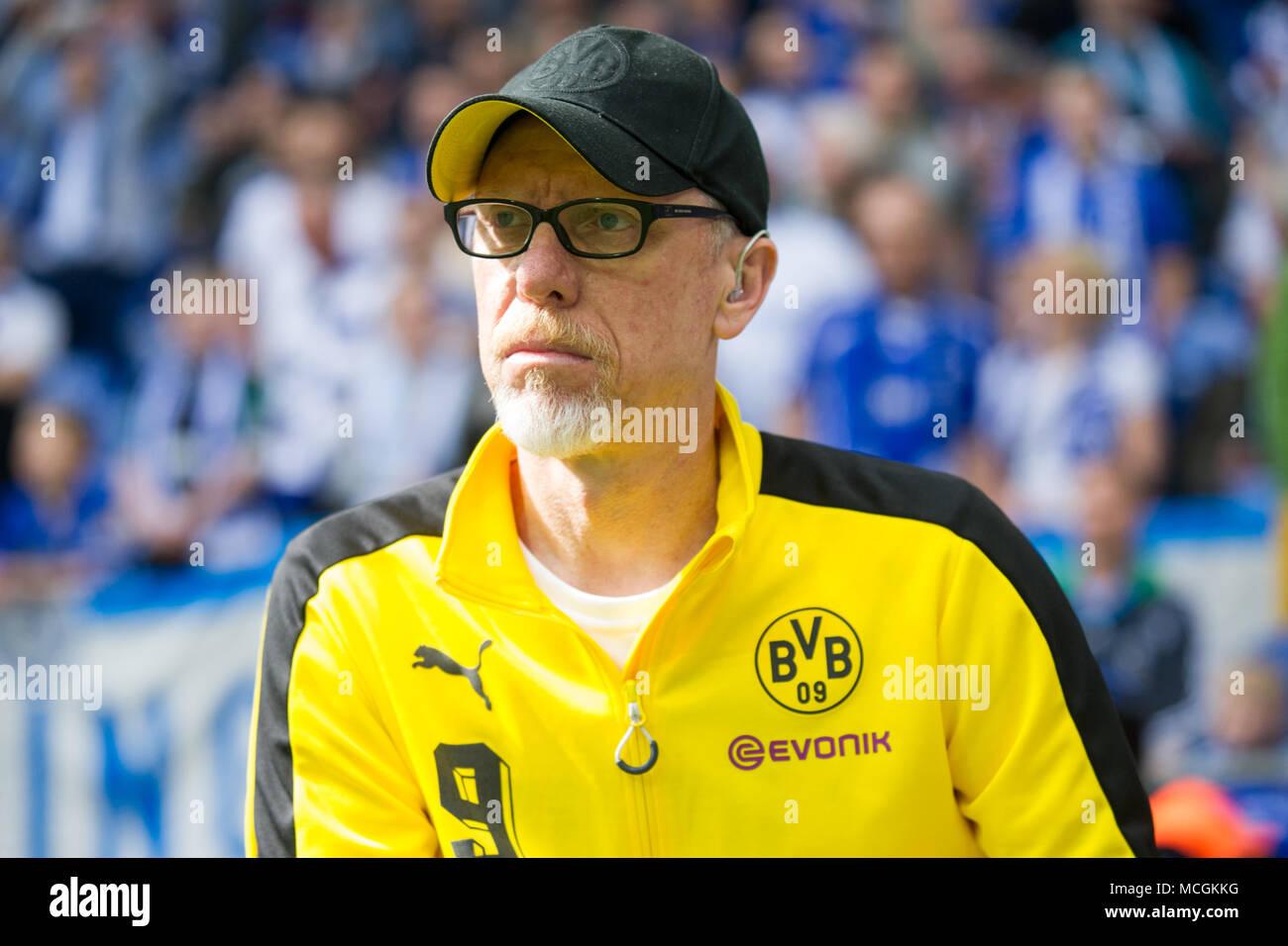 Gelsenkirchen, Allemagne. Apr 15, 2018. Peter STOEGER (Stoger, entraîneur) n'est en attente d'une interview à la télévision avant le match, demi-longueur libre, football 1ère Bundesliga, 30e journée, le FC Schalke 04 (GE) - Borussia Dortmund (NE) 2: 0, le 15/04/2017 à Gelsenkirchen, Allemagne. Utilisation dans le monde entier | Credit: dpa/Alamy Live News Banque D'Images
