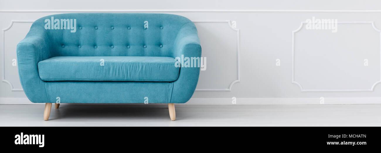 Table Turquoise debout dans une chambre vide, gris clair à l ...