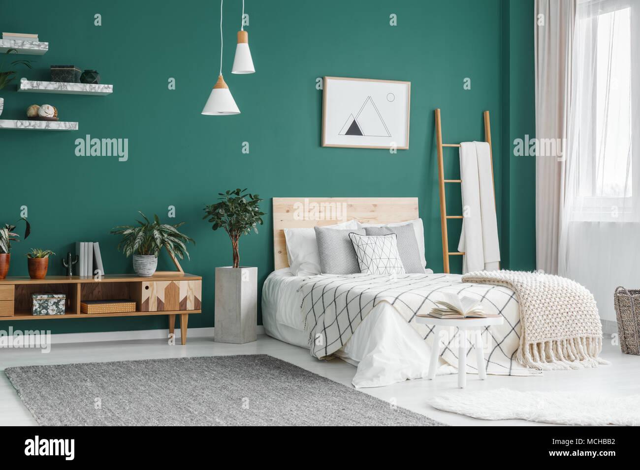 Lit Entre Bain Et Usine à Lu0027intérieur Chambre à Coucher Boho Vert Gris Avec  Lampes Tapis Sous