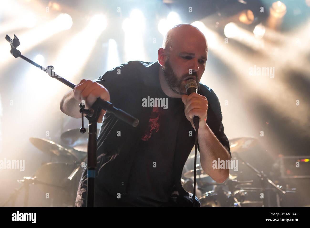 André Gasser chanteuse du groupe de metal suisse Piranha vivent dans les Schüür Lucerne, Suisse Banque D'Images