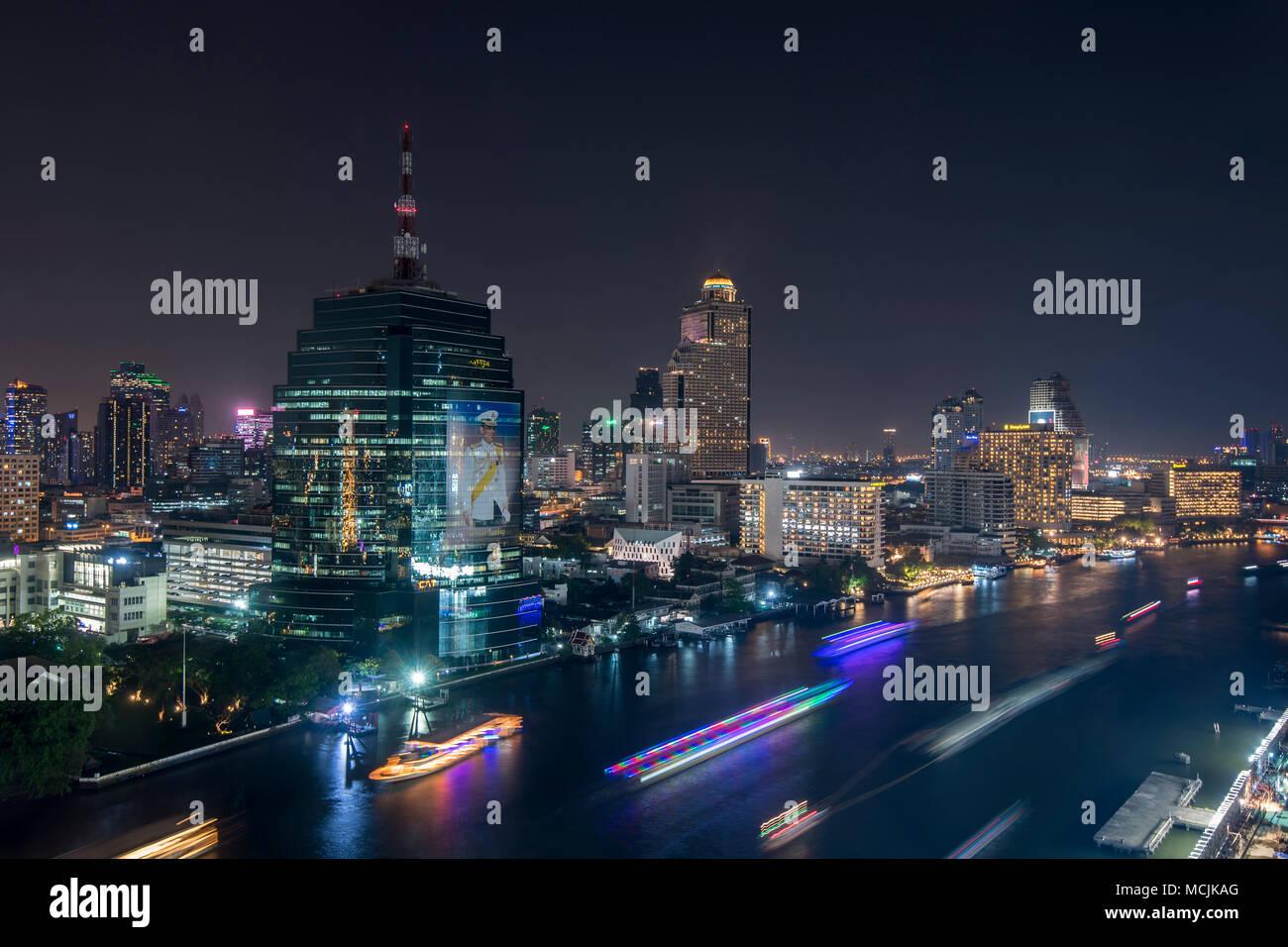 Vue sur la ville de Bangkok de nuit, vue de la ville et rivière, Lebua State Tower, Bangkok, Thaïlande Photo Stock
