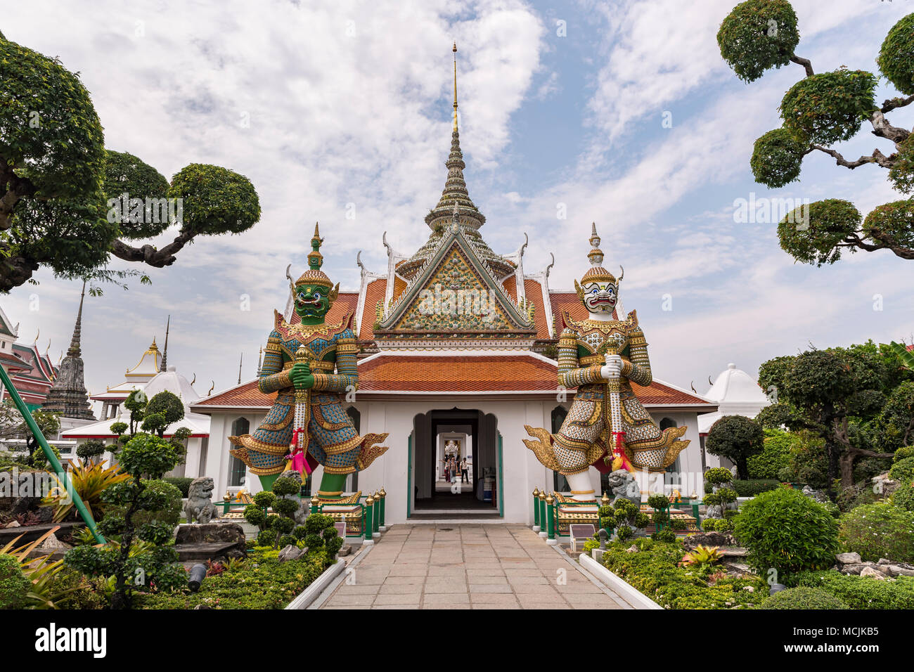 Temple avec des gardes du temple, Wat Arun, Temple de l'aube, Bangkok, Thaïlande Photo Stock