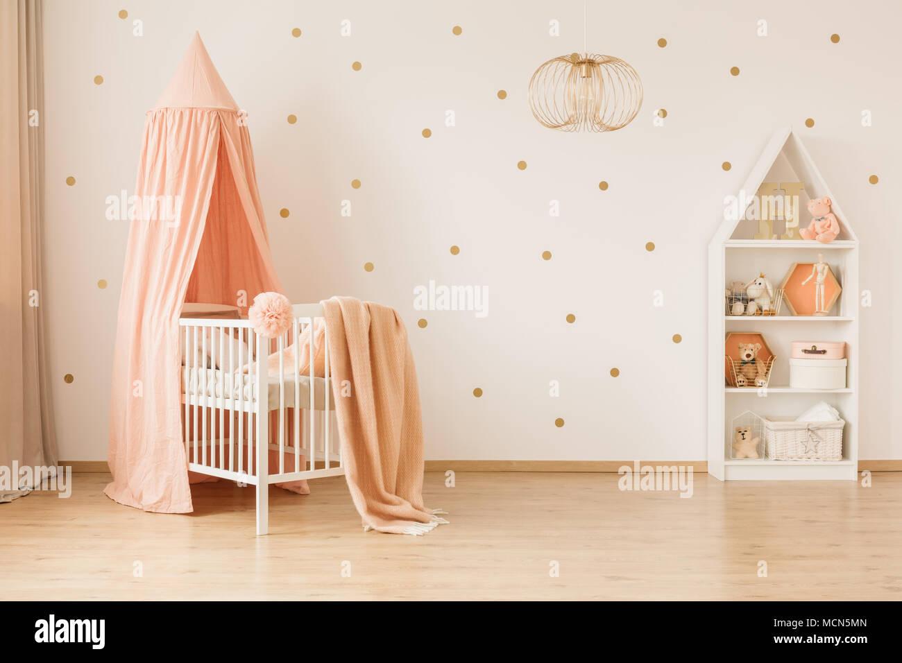 Lampe Du0027or Dans La Grande Chambre De Bébé à La Crèche De Lu0027intérieur Rose  Contre Le Papier Peint