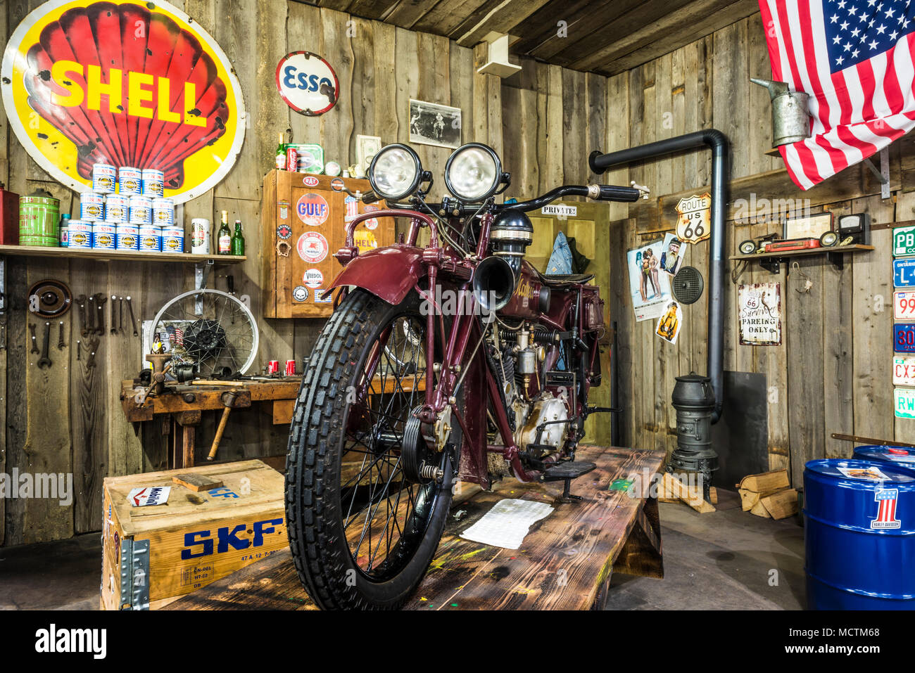 mabeco moto 750 dans un ancien garage auto technik museum berlin allemagne banque d 39 images. Black Bedroom Furniture Sets. Home Design Ideas